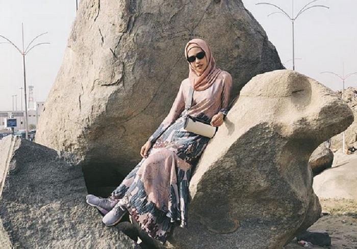 5 Gaya Maudy Ayunda Berhijab Saat Umrah Bikin Hati Adem Okezone Lifestyle