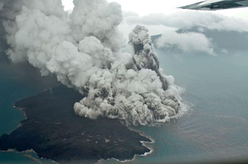 https: img.okezone.com content 2019 01 04 337 1999846 bnpb-gunung-anak-krakatau-tidak-akan-meletus-seperti-ibunya-TUq1HnRnNH.jpg