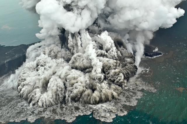 https: img.okezone.com content 2019 01 04 340 2000091 gunung-anak-krakatau-erupsi-warga-diimbau-tenang-tapi-tetap-waspada-kSgJEfY0WM.jpeg