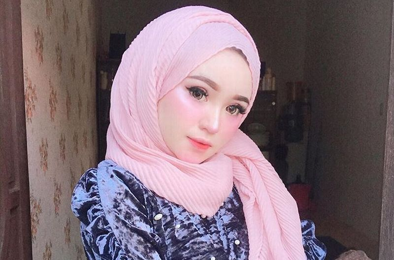 https: img.okezone.com content 2019 01 05 194 2000423 herlin-kenza-selebgram-asal-aceh-yang-cantik-bagai-barbie-iFgwCqU9Zx.jpg