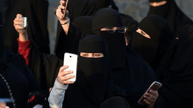 https: img.okezone.com content 2019 01 06 18 2000571 perempuan-arab-saudi-akan-mendapatkan-konfirmasi-perceraian-melalui-pesan-teks-82Y3A7P9hB.jpg