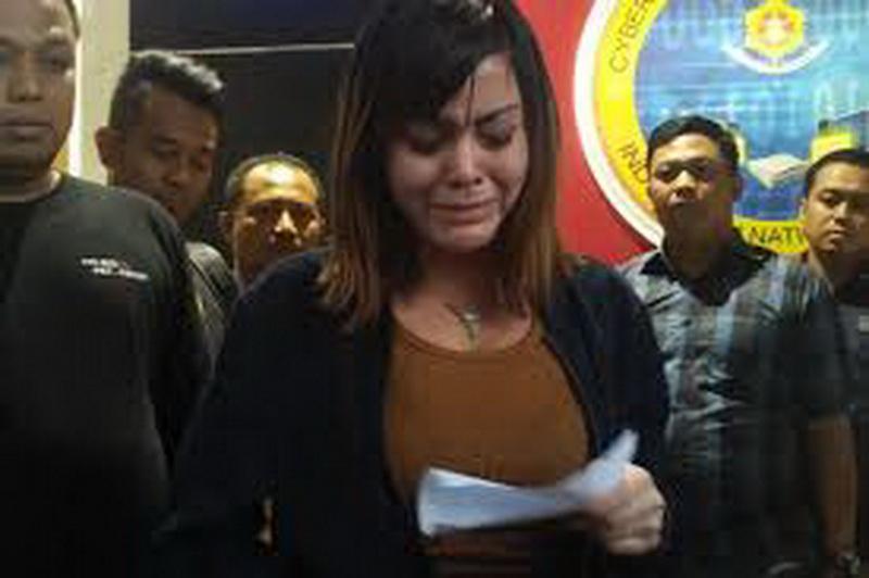 https: img.okezone.com content 2019 01 06 33 2000725 avriellia-shaqqila-menangis-tersedu-sedu-terlibat-prostitusi-online-MDYbCoXMtY.jpg