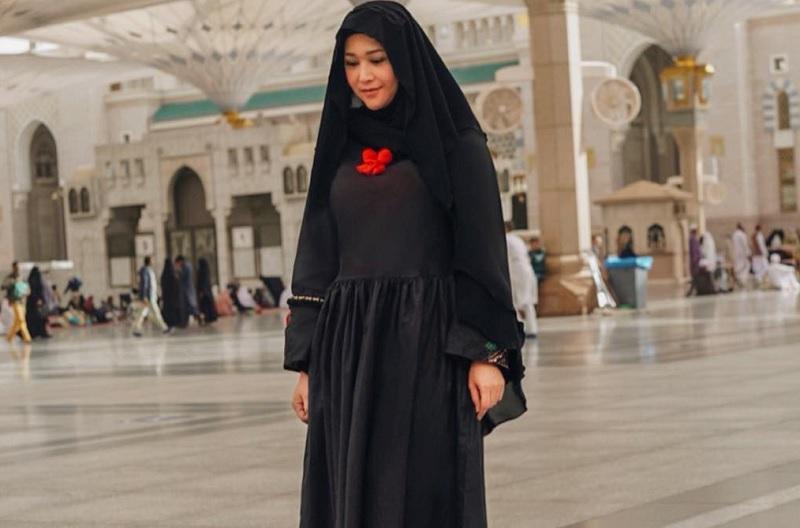 https: img.okezone.com content 2019 01 07 33 2000857 maia-estianty-banjir-pujian-saat-tampil-dengan-hijab-syar-i-x0NXwMUeku.jpg