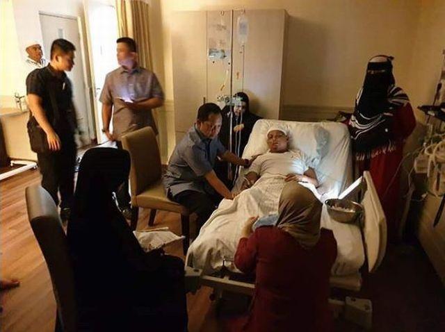https: img.okezone.com content 2019 01 08 337 2001439 ustadz-arifin-ilham-masuk-rumah-sakit-sang-anak-minta-doa-untuk-kesembuhan-abi-LVF7QRcSHr.JPG