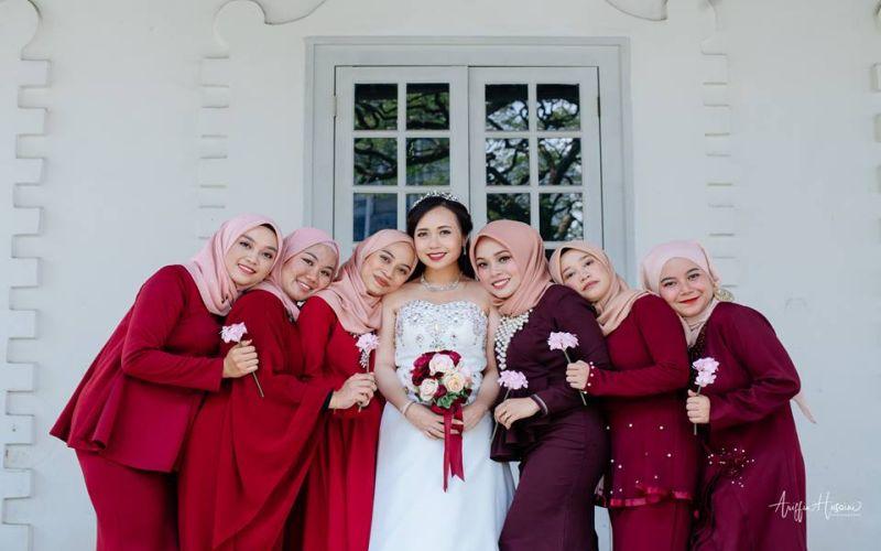 https: img.okezone.com content 2019 01 09 196 2001984 viral-pasangan-pengantin-kristen-ini-memilih-bridesmaid-berhijab-pNHiAZFxZk.jpg