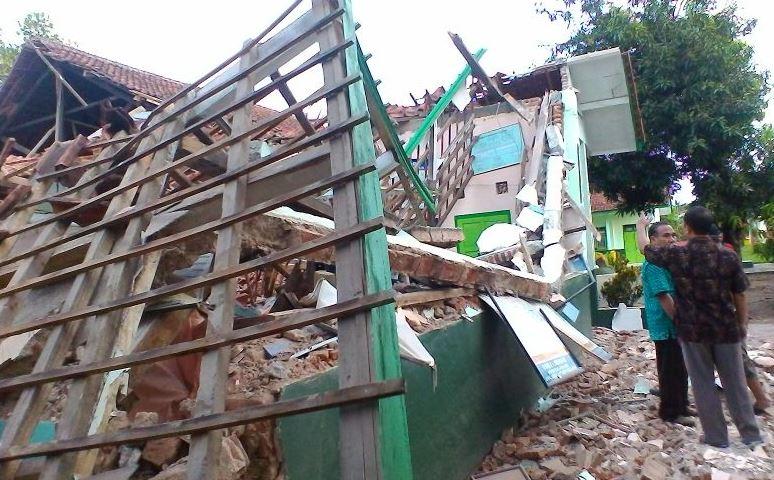 https: img.okezone.com content 2019 01 09 338 2001833 satu-keluarga-yang-terjebak-dalam-reruntuhan-bangunan-di-taman-sari-berhasil-selamat-hUYcaGfEQG.JPG