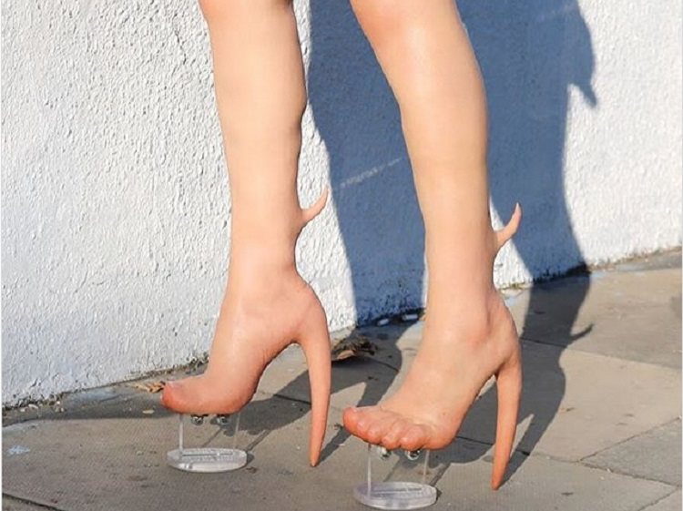 https: img.okezone.com content 2019 01 10 196 2002686 sepatu-kaki-alien-ini-dibanderol-rp140-juta-bentuknya-seram-banget-z30OSZ5BDT.jpg