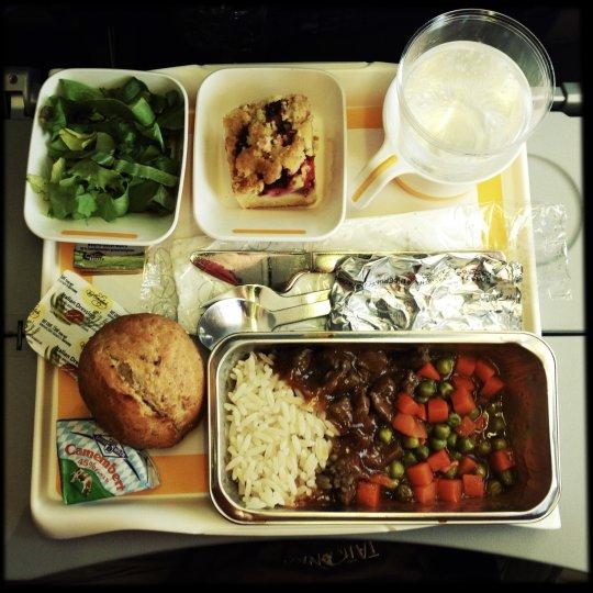 https: img.okezone.com content 2019 01 10 298 2002607 united-airlines-luncurkan-buku-resep-khusus-untuk-membuat-hidangan-lezat-di-atas-pesawat-ald0ueMA7N.jpg