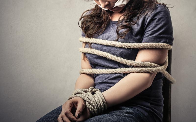 https: img.okezone.com content 2019 01 10 512 2002476 perempuan-ini-diculik-gerombolan-bandit-berpistol-gara-gara-suaminya-tertunggak-utang-HvQoTBxe2r.jpg
