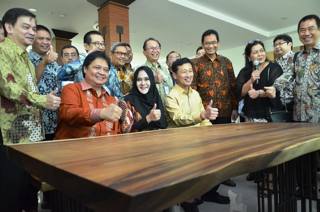 https: img.okezone.com content 2019 01 10 65 2002669 indonesia-singapura-resmikan-politeknik-industri-furnitur-dan-pengolahan-kayu-kendal-N9bs1VV9Ui.JPG