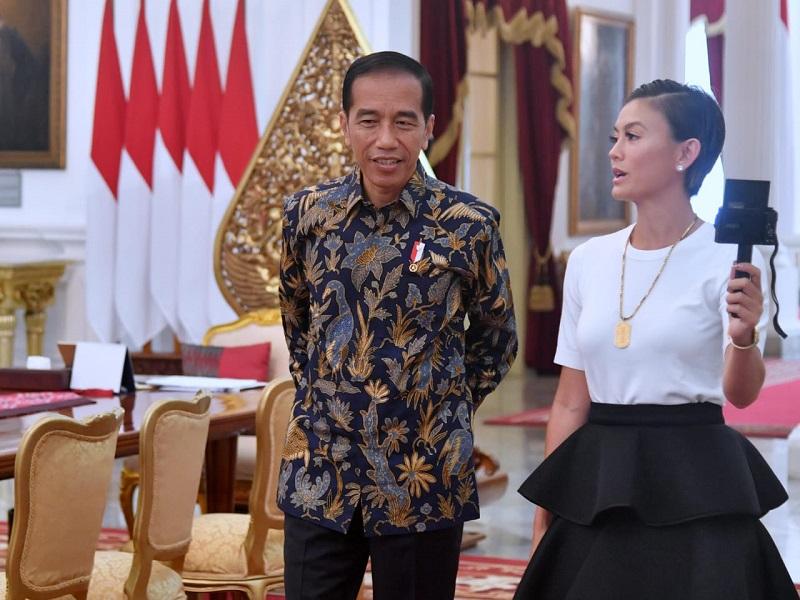 https: img.okezone.com content 2019 01 11 194 2003254 bertemu-presiden-jokowi-penampilan-agnez-mo-sederhana-fxTNeyYuPp.jpg