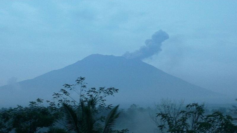 https: img.okezone.com content 2019 01 11 244 2002999 paparan-abu-vulkanik-gunung-agung-hingga-buleleng-MDkT1T5vO8.jpg