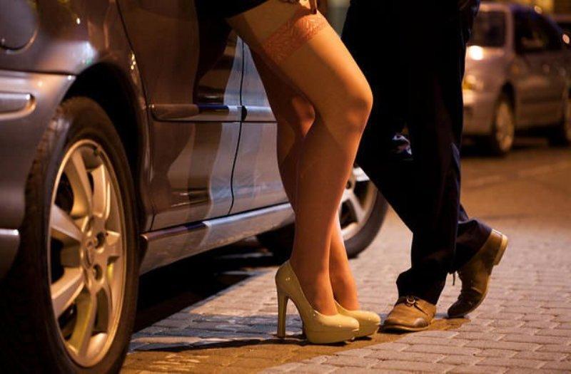 https: img.okezone.com content 2019 01 12 337 2003599 terkait-prostitusi-online-robby-abas-kenal-4-dari-6-nama-yang-dipanggil-polda-jatim-ZdZxJ8sRUV.jpg