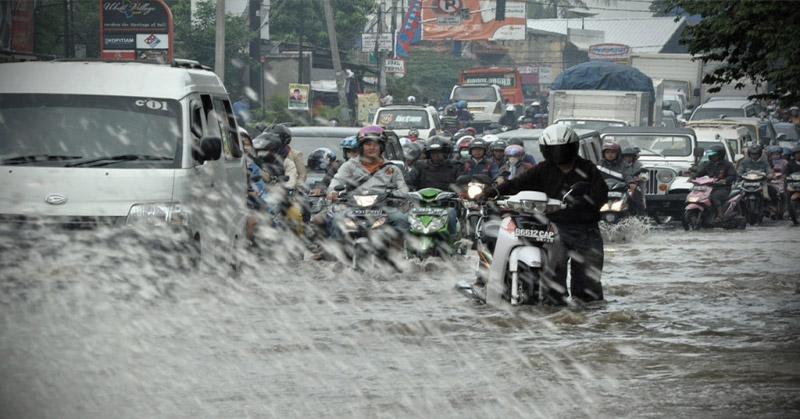 https: img.okezone.com content 2019 01 14 525 2004173 kabupaten-bandung-kebanjiran-3-ruas-jalan-terputus-DnuUYhKkQi.jpg