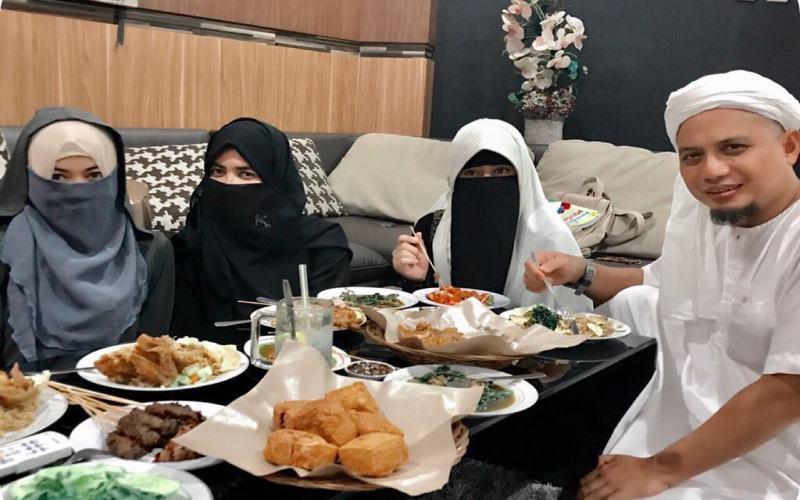 https: img.okezone.com content 2019 01 15 33 2004675 ustadz-arifin-ilham-beri-pesan-manis-untuk-ketiga-istrinya-C2rVwLd6AX.jpg