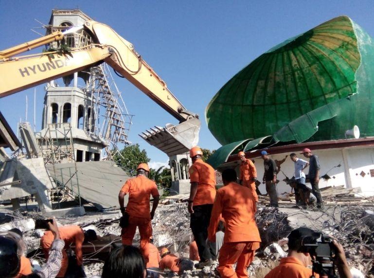 https: img.okezone.com content 2019 01 15 340 2004943 dugaan-pungli-dana-pembangunan-masjid-pascagempa-lombok-polisi-geledah-kanwil-kemenag-ntb-5i8DqNjGpP.jpg