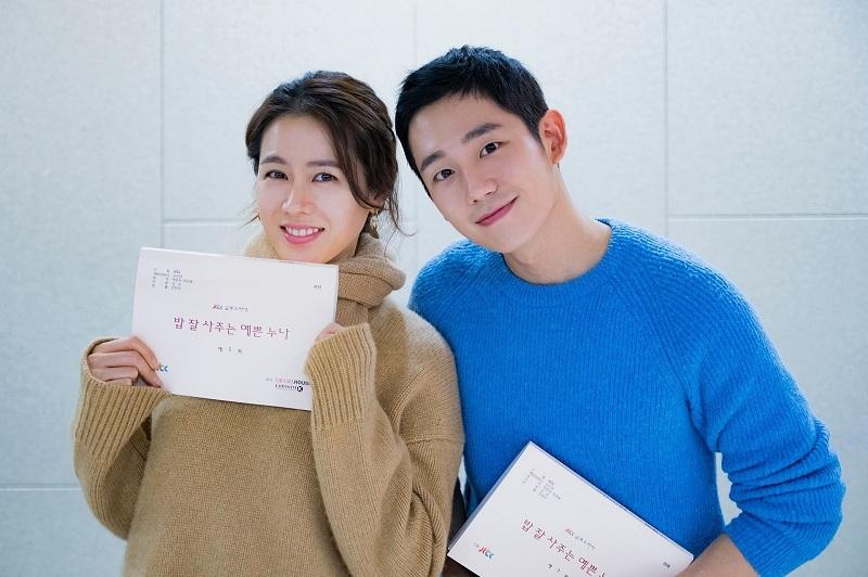 https: img.okezone.com content 2019 01 15 598 2004542 jung-hae-in-dan-son-ye-jin-berpotensi-reuni-di-drama-baru-mbc-bLZbwoKjPT.jpg