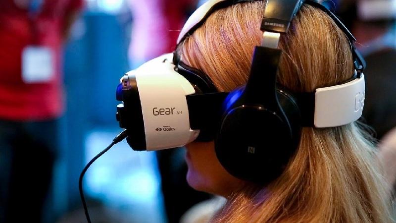 https: img.okezone.com content 2019 01 16 207 2005387 intip-perkembangan-teknologi-virtual-reality-di-2019-Q0TUju9Xx5.jpg