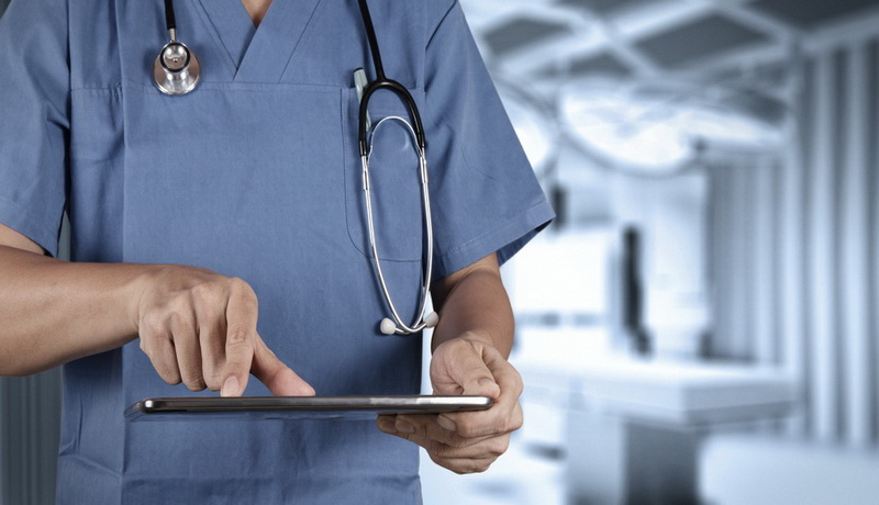 Dokter mengecek kesehatan pasien lewat gadget