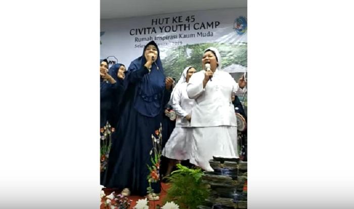 https: img.okezone.com content 2019 01 17 196 2005947 viral-video-kolaborasi-grup-kasidah-dan-suster-katolik-nyanyikan-jilbab-putih-netizen-adem-banget-5bTXRkLU0r.jpg
