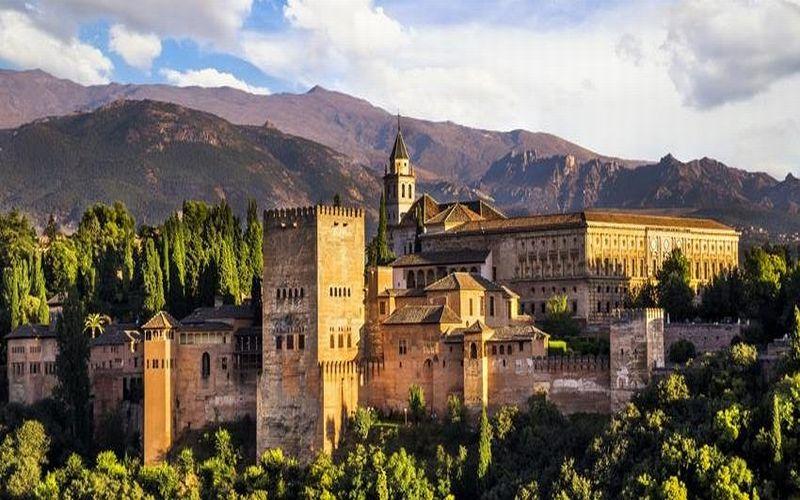 https: img.okezone.com content 2019 01 18 406 2006183 mengintip-pesona-istana-alhambra-lokasi-syuting-memories-of-the-alhambra-tAZr6JhldO.jpg