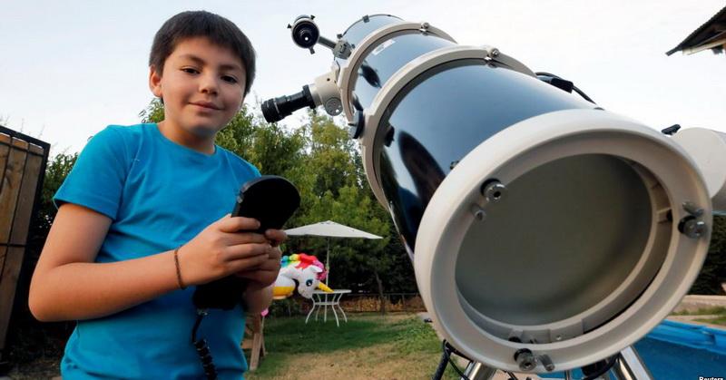 https: img.okezone.com content 2019 01 21 56 2007198 ingin-jadi-astronot-bocah-10-tahun-punya-teleskop-seharga-rp42-7-juta-xwGEBPxOg6.jpg