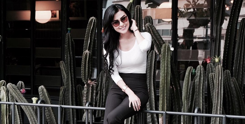 https: img.okezone.com content 2019 01 22 194 2007907 5-gaya-penampilan-vicy-melanie-calon-istri-kevin-aprilio-yang-cantik-dan-seksi-KZRgW4Lm4j.jpg