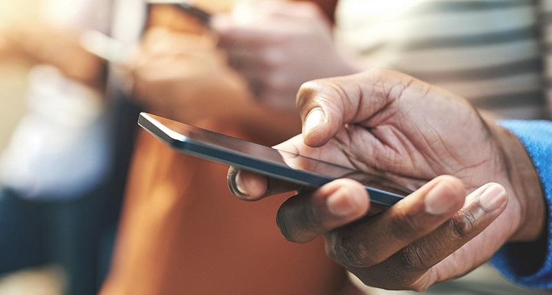 https: img.okezone.com content 2019 01 22 481 2007927 waspada-ini-bahayanya-pegang-ponsel-terlalu-lama-uQ9glJUlif.jpg