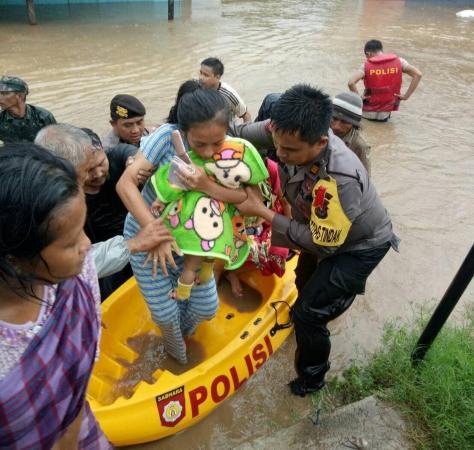https: img.okezone.com content 2019 01 22 609 2007856 banjir-makin-parah-polisi-bantu-evakuasi-warga-di-kabupaten-gowa-mso804bNM2.jpg