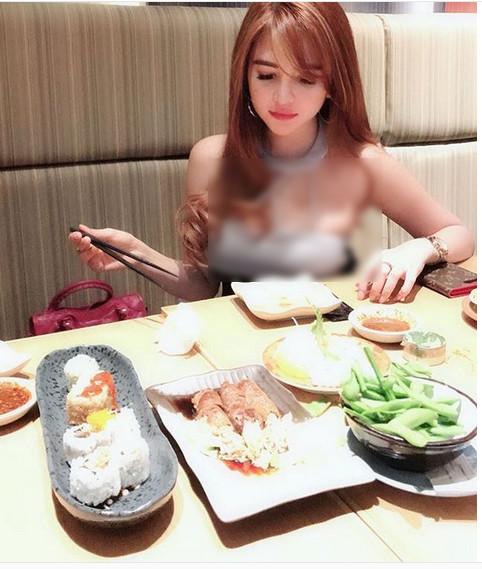 https: img.okezone.com content 2019 01 23 298 2008134 aldira-chena-ternyata-doyan-kulineran-beruntung-berat-badannya-cuma-46-kg-exxQT531ux.jpg