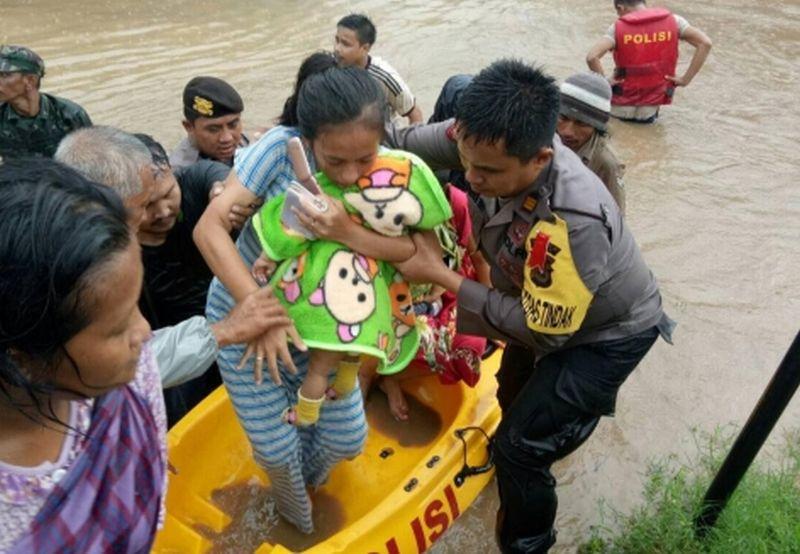 https: img.okezone.com content 2019 01 23 609 2008204 banjir-di-gowa-sebabkan-2-121-warga-mengungsi-cKRJbet5KA.jpg