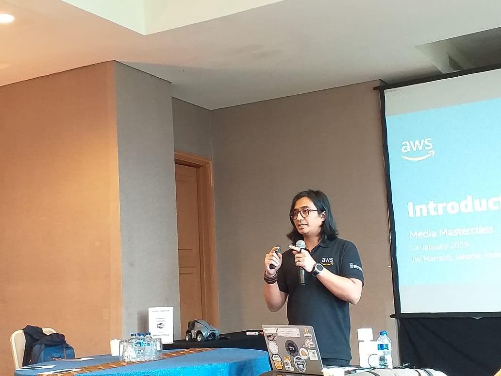 https: img.okezone.com content 2019 01 24 207 2008875 aws-tawarkan-solusi-cloud-berbasis-ai-machine-learning-dan-iot-owJAnV8moH.jpeg