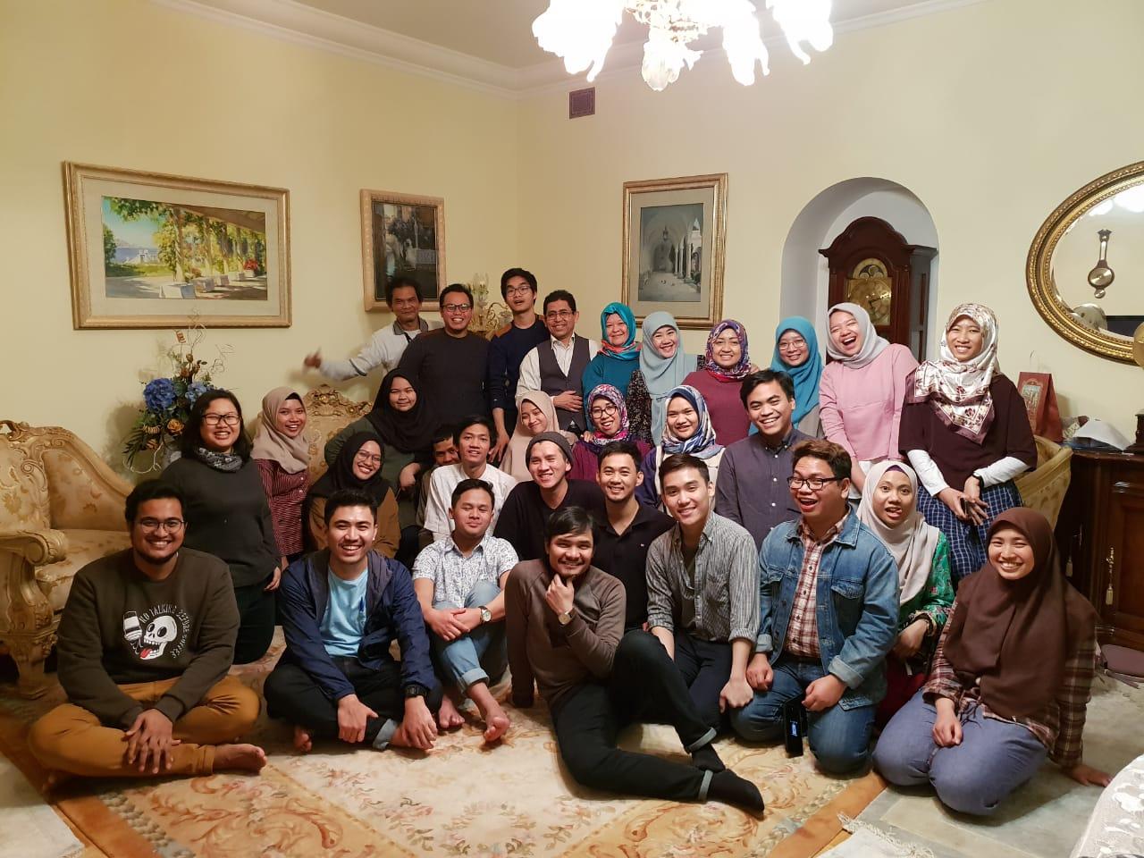 https: img.okezone.com content 2019 01 24 65 2008892 mahasiswa-indonesia-di-rusia-belajar-menulis-bareng-asma-nadia-vcei3dZSeE.jpg