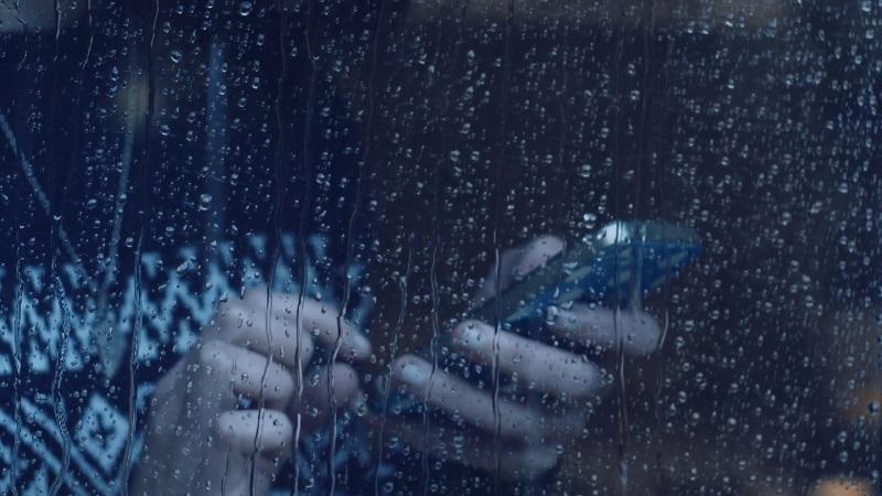 https: img.okezone.com content 2019 01 25 92 2009283 tips-cegah-kerusakan-ponsel-selama-musim-hujan-MhqQq66JZf.jpg