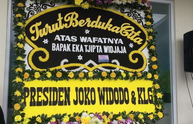 https: img.okezone.com content 2019 01 27 337 2010029 presiden-jokowi-kirim-karangan-bunga-untuk-eka-tjipta-widjaja-CWBcb3FmRy.jpeg