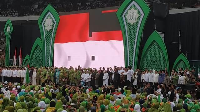 https: img.okezone.com content 2019 01 27 337 2010046 datang-ke-harlah-muslimat-nu-menteri-jokowi-gandeng-artis-korea-rMDzDtaeWX.jpg