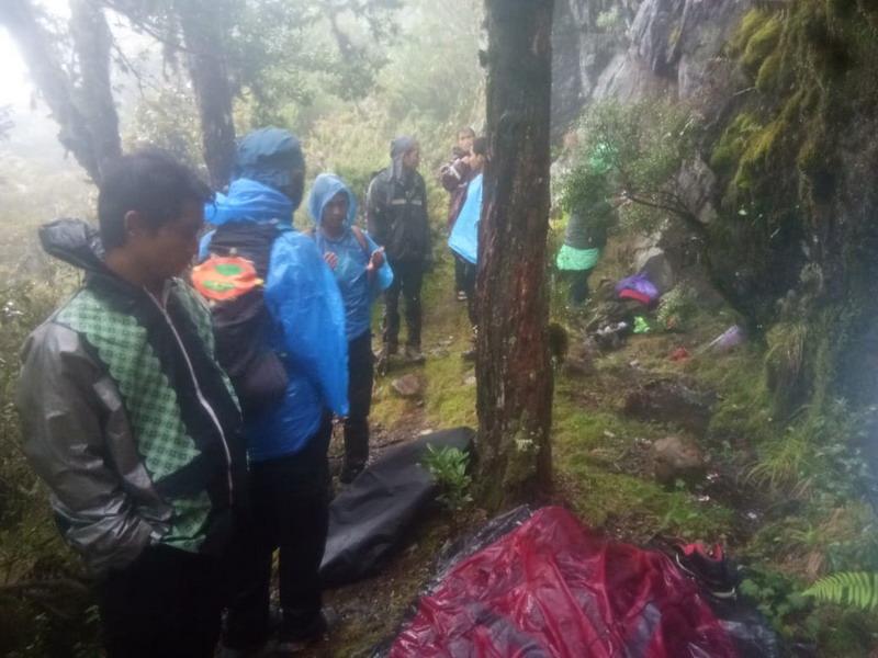https: img.okezone.com content 2019 01 28 609 2010402 jenazah-pendaki-gunung-ditemukan-terbungkus-tenda-NnAW2fdkQE.jpg