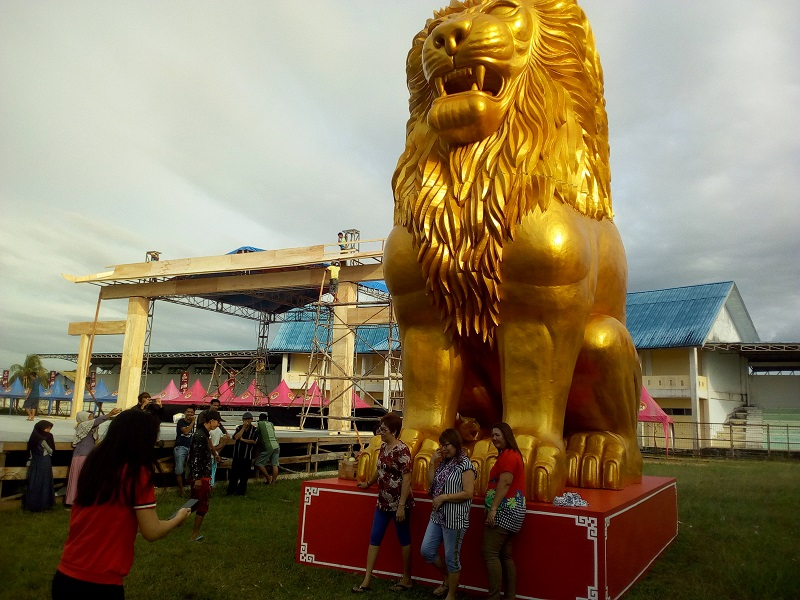 https: img.okezone.com content 2019 01 29 406 2010929 singa-emas-raksasa-di-festival-imlek-singkawang-siap-catatkan-rekor-muri-uWwKnVFlJU.jpg