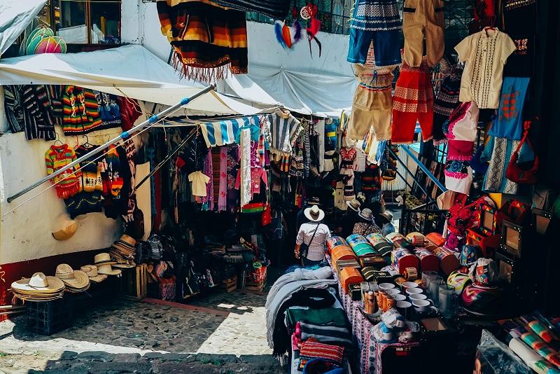 https: img.okezone.com content 2019 01 29 406 2010944 5-manfaat-membeli-oleh-oleh-saat-traveling-keliling-indonesia-dengan-aplikasi-traveloka-AuYYFVZXXh.jpg