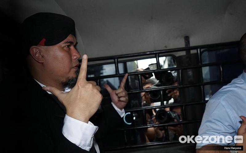 https: img.okezone.com content 2019 01 30 33 2011485 ahmad-dhani-dipenjara-rossa-semoga-bisa-perbaiki-kesalahan-f7GFBVJYtj.jpg