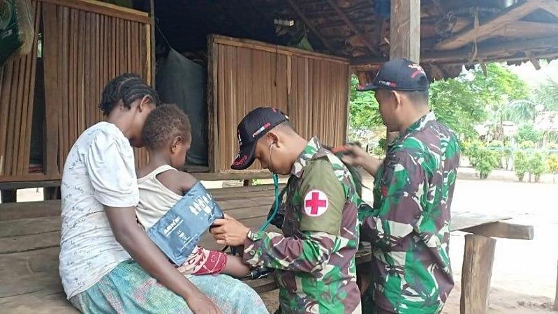 https: img.okezone.com content 2019 01 30 340 2011391 warga-perbatasan-ri-papua-nugini-bapak-bapak-tni-datang-ke-rumah-memberikan-pelayanan-kesehatan-lj1FJTBQry.jpg