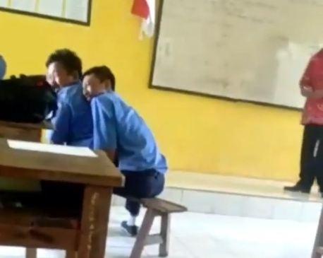 https: img.okezone.com content 2019 01 30 519 2011598 viral-siswa-smk-di-ngawi-main-kuda-kudaan-saat-guru-mengajar-TaL9E8KV0q.JPG