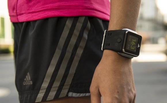 https: img.okezone.com content 2019 01 30 56 2011533 dokter-tak-menyarankan-pengguna-percaya-100-fitur-kesehatan-di-smartwatch-kenapa-76s2FAtsxf.jpg