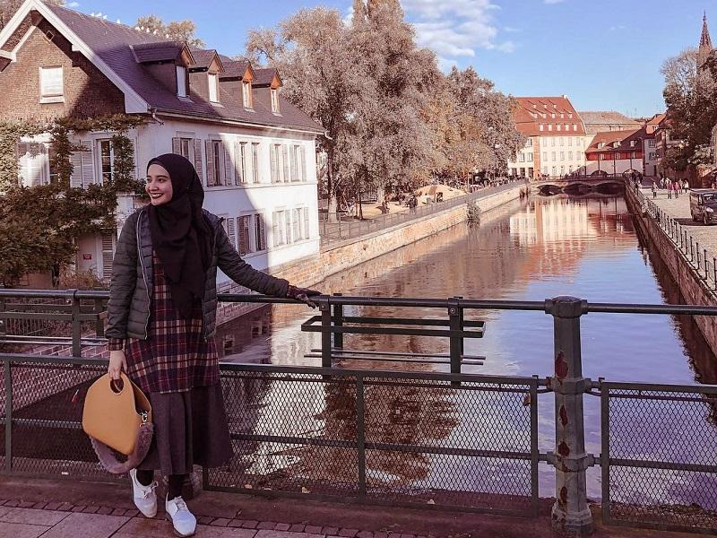 https: img.okezone.com content 2019 01 31 194 2011795 5-gaya-penampilan-zaskia-sungkar-saat-liburan-simpel-tapi-fashionable-N0ZgOnJvwA.jpg