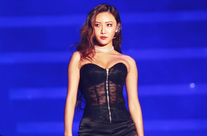 https: img.okezone.com content 2019 01 31 33 2012013 soal-pakaian-seksinya-hwasa-mamamoo-lebih-baik-tak-pakai-apapun-ESW269BIlA.jpg