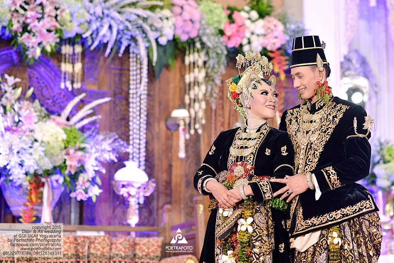 https: img.okezone.com content 2019 02 01 194 2012260 penuh-makna-dan-kemegahan-konsep-pernikahan-paes-ageng-kanigaran-dari-yogyakarta-nCXbqAhOe8.jpg