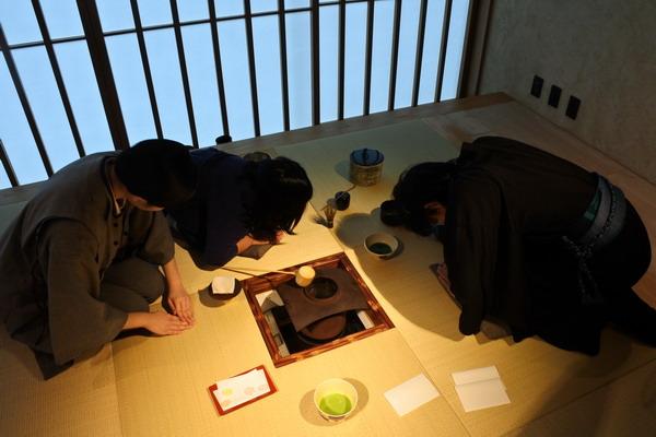 https: img.okezone.com content 2019 02 01 298 2012636 chanoyu-upacara-minum-teh-jepang-yang-mendunia-CISuXg6ix2.jpg