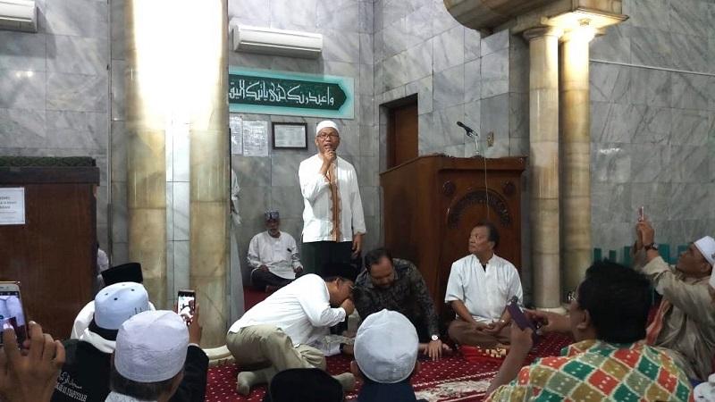https: img.okezone.com content 2019 02 01 337 2012544 pidato-di-masjid-buni-yani-menangis-ceritakan-kasusnya-bdGCaC4VkV.jpg