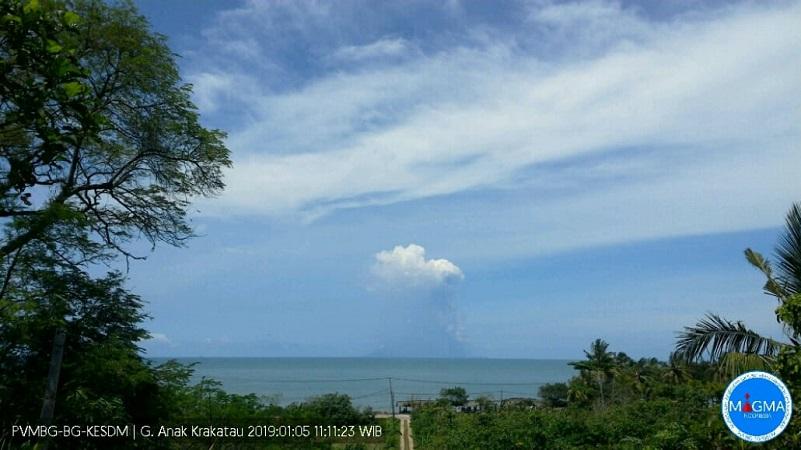 https: img.okezone.com content 2019 02 01 340 2012458 status-siaga-gunung-anak-krakatau-alami-4-kali-gempa-7dIFaF5qBS.jpg