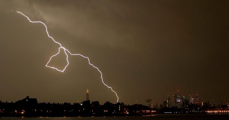 https: img.okezone.com content 2019 02 01 56 2012672 7-tips-menghindari-sambaran-petir-saat-musim-hujan-Uh3Nyj6BEG.jpg